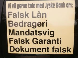 Dagens joke om jyske Banks advokater i lund Elmer Sandager kommer herunder. :-) Humor til en sjov historie, rettes til del af fiktion ------ Følg med bag fassaden på det Landskendte advokat firma med bolig advokaten Henrik Høpner, og jyske Banks darling Philip Baurch :-) En varm dag som alle andre, bortset fra i dag er det min sag medlemmerne i advokat Banden Lund Elmer Sander skal drøfte. :-) En kunde fra jyske bank, påstår at deres klient jyske bank bedrager virksomheden Elvagten, med falsk lån og falsk garanti, nå ja falsk eller ikke aftalt rentesikring. :-) Kunden kræver beviser, udover at tilbyde CEO Anders Dam 250.000 kr. For en lånekopi beder idioten også bevis på den anden rentesikring ikke er falsk, og har vi jo ingen kopi af aftaler eller nogle optagelse Vi kan ikke sige det var en fejl, tiden er løbet fir os. :-) Jyske bank har sendt os de optagelser som banken har af samtaler. Har vi har alt der skal til for at knuse den tumpe. :-) En advokat fra banden i Lund Elmer Sandager forslår at lukke munden på den irertererende kunde, og siger Vi sender da bare et brev til hans advokat og beder han om at lukke munden på den dumme kunde, som ikke vil makke ret. Vi har vores egen lovbog, og vi bruger vore egne love her i Lund Elmer Sandager LES :-) Er vi alle enige om at skrive dette og herefter lukker vi i, og anbefaler alle i jyske bank gøre det samme, så ham idioten ikke opdager noget. Vi skriver også at lånetilbudet på de 4.328.000 kr. Som han bliver ved at skrive ikke findes, :-) Og skriver til hans advokat at det både er hjemtaget og udbetalt, og så kan kan han intet gøre, vi skriver han selv skal lyfte bevis byrden, og ingurer ham helt fra nu af. Så forbyder vi han at skrive mere, og på den måde lukker vi munden helt på ham, :-) Er det ikke nemt, jeg er allerede blevet lovet af politiet, at de ikke vil efterforske sagen mod banken, og os advokater, så vi er sikker på at vore navn og rygte ingen last lider. :-) Alle bande medlemmerne griner Hæhæhæ En siger ! 